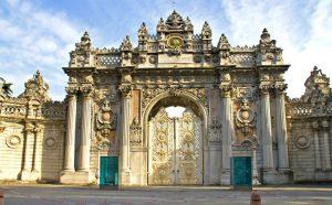 قصر دولمة بهجة من أبرز الاماكن السياحية في اسطنبول