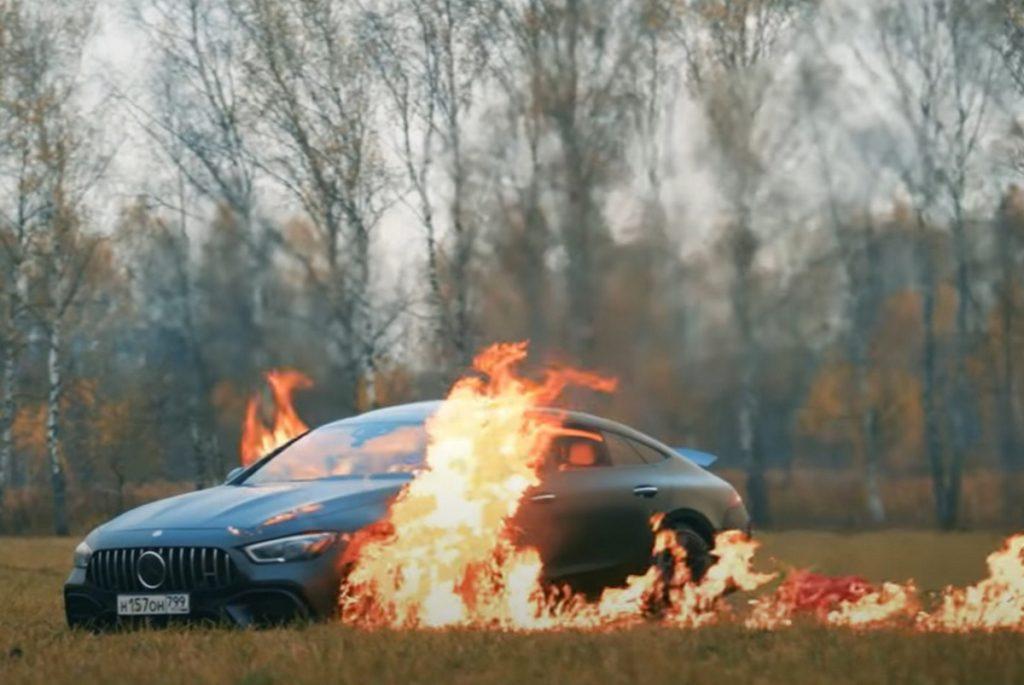يوتيوبر روسي يحرق سيارته المارسيدس